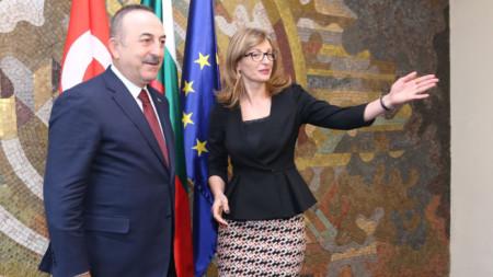 Турският външен министър Мевлют Чавушоглу и Екатерина Захариева в София.