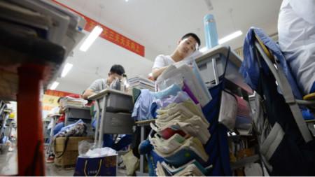 """Китайски ученици се готвят за """"Гаокао"""" – най-важният изпит, който в голяма степен предопределя кариерата на кандидата (2018)"""