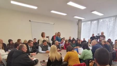 Всички присъстващи на срещата граждани категорично отхвърлиха внесеното инвестиционно намерение за преработка на вредни вещества на територията на град Перник.