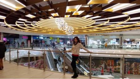 Неда  Василева в шармантен мол - един от най-големите търговски центрове в окръг Манчестър, на име Arndale