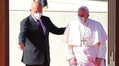 Президентът на Ирак Бархам Салих приветства папа Франциск в Багдад
