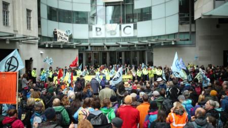 """Активисти на движението """"Бунт срещу унищожението"""" блокират входа към Би Би Си в Лондон."""