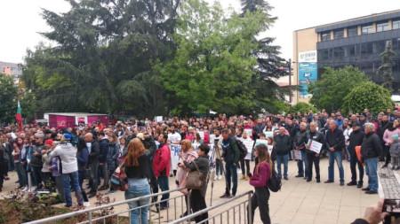 Незабавно освобождаване от затвора на петимата полицаи от Благоевград и възобновяване на делото поискаха стотици жители и представители на различни организации на протест пред сградата на съда в областния център.