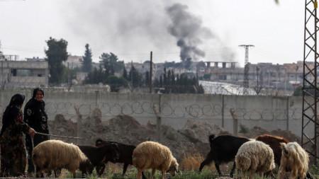 Жени разхождат овце близо до турско-сирийската граница.