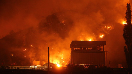 """Пожарът до ТЕЦ """"Кемеркьой"""", който предизвика евакуация на персонала и местн ижители."""