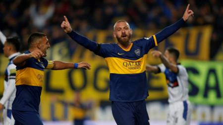Даниеле де Роси празнува единствения си гол за Бока Хуниорс.