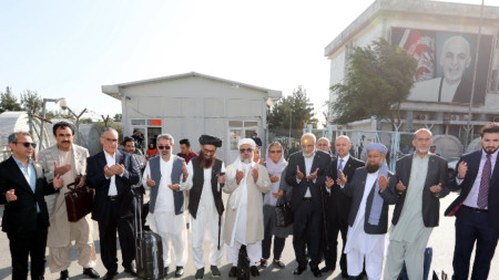 Обща молитва на летището в Кабул преди заминаването за Доха - Афганистан, 12 септември