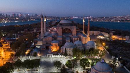 """""""Света София"""" (""""Църква на светата Премъдрост Божия"""") е построена през 532 – 537 г. при император Юстиниан I  и е над 900 години християнска катедрала, а след завладяването на Константинопол от османците е превърната в джамия. Днес е музей."""