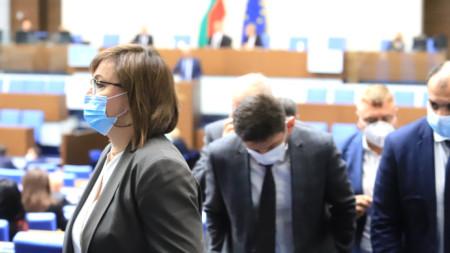 Лидерът на БСП Корнелия Нинова и депутати в Народното събрание