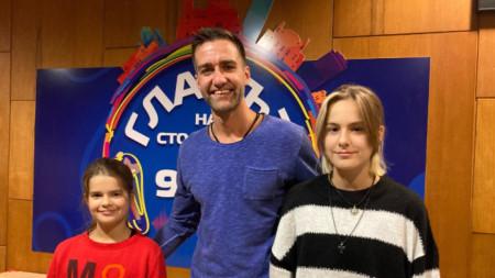 Стелян Станков и медалистките по скуош, Мериън и Леонора