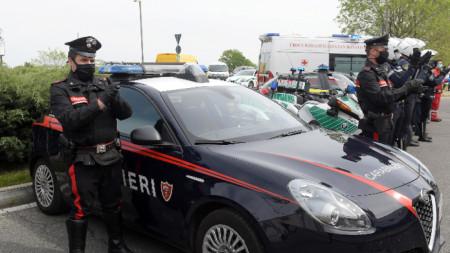 Италиански полицаи аплодират медицински персонал пред болница в околностите на Милано. 17 април 2020 г.