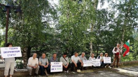 """Инициативен комитет """"Бъдеще за Настан"""" протестира пред Областната администрация в Смолян"""