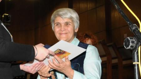 Тоня Капсъзова получава награда