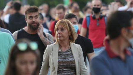 Манолова на протеста пред президентството на 09.07.2002 г.