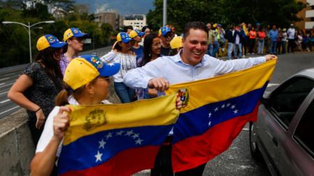 Привърженици на опозиционния лидер Хуан Гуайдо на протест в Каракас.