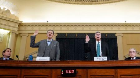 Посланикът на САЩ в Украйна Бил Тейлър (прав вдясно) се заклева преди изслушването.