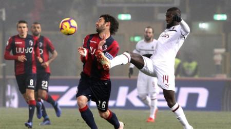 За подобна намеса Бакайоко (в бяло) от Милан получи червен картон в Болоня.