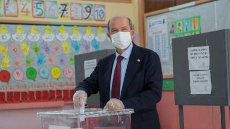 Ерсин Татар по време на гласуването