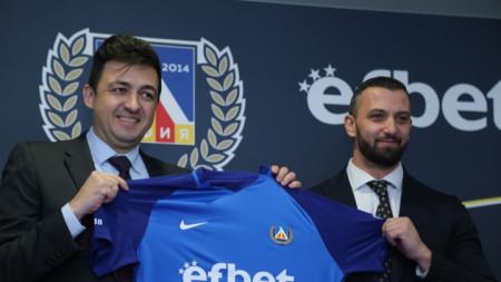 Красимир Иванов (вляво) признава, че клубът има задължения към НАП, но ги обслужва редовно..