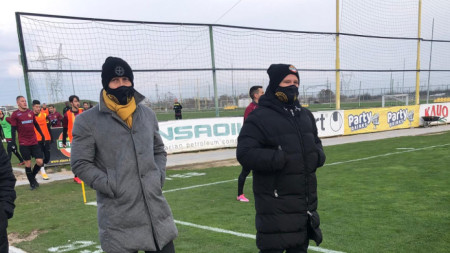 Антон Зингаревич (вляво) наблюдава на живо тренировките на Ботев (Пловдив)