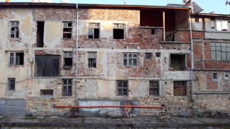Самосрутващи се сгради в района на пазара в Кърджали застрашават минувачи