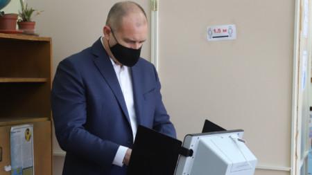 Presdient Rumen Radev casts his vote