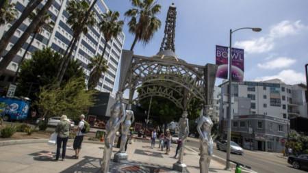 """Откраднатата статуя на Монро  бе на върха на инсталацията """"Дамите на Холивуд"""" в началото на Алеята на славата."""
