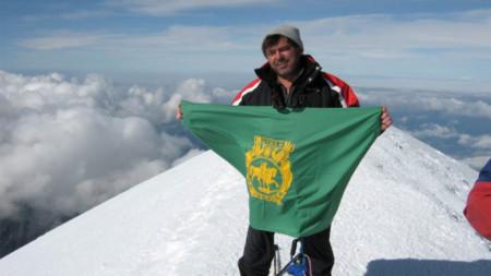 Огнян Ганчев развява знамето на Шумен на връх Монблан, 2009 г.