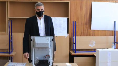 """Служебният премиер Стефан Янев гласува в 108 СУ """"Никола Беловеждов"""""""