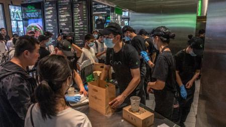 Китайци се тълпят в новооткрито американско заведение в Пекин, 12 август 2020 г.