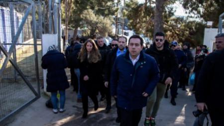 Министърът на новото министерство по миграцията Панайотис Митаракис провежда обиколка по гръцките острови, за да овладее недоволството.