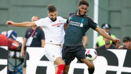 Джо Гомес от Ливърпул (вдясно) пази топката от Педро Хименес от Севиля.