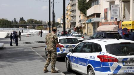 Полицейските служители патрулират в централната част на Никозия, 25 март 2020 г. Кипърският президент обяви ограничения за движението от 18 часа на 24 март, като мярка срещу разпространението на Covid-19. За да се придвижват, гражданите трябва да носят със себе си полицейско удостоверение или паспорт и документ, доказващ нуждата им от пътуване.