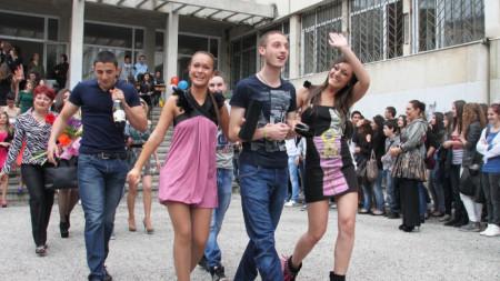 Изпращане на завършващия випуск в гимназия във Велико Търново през 2012 г.