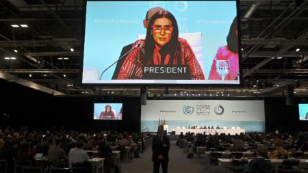 Видеоекран показва председателя на COP-25, министърка на околната среда на Чили  Каролина Шмит да говори на климатичната конференция на ООН в Мадрид.