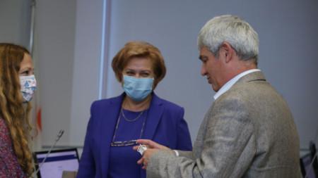 Председателката на бюджетната комисия в НС Менда Стоянова (в средата) и президентът на КНСБ по време на дискусията