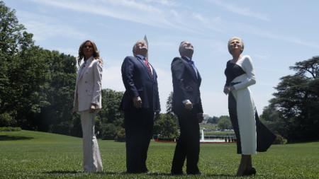 Доналд Тръмп, Анджей Дуда и съпругите им наблюдават прелитащи над Белия дом самолети ф-35