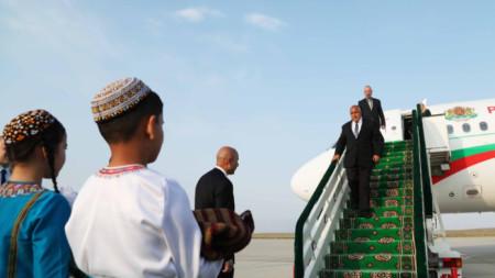 Българският премиер вече пристигна в Туркменистан, където утре ще участва и в заседание на българо-туркменската междуправителствена икономическа комисия