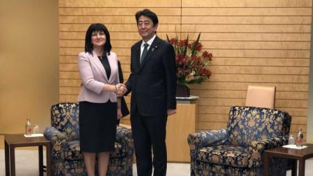 Председателят на Народното събрание Цвета Караянчева и министър-председателят на Япония Шиндзо Абе по време на официалната им среща.