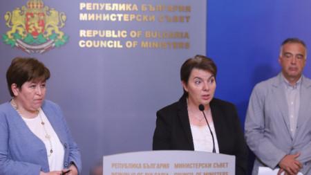 Министърът на туризма Стела Балтова (вляво) даде брифинг след среща с представители на протестиращите туроператори - 29 юни 2021 г.