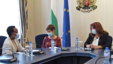 Джейн Муита (вляво), чийто мандат в България приключва, благодари на Илияна Йотова за отличното сътрудничество.