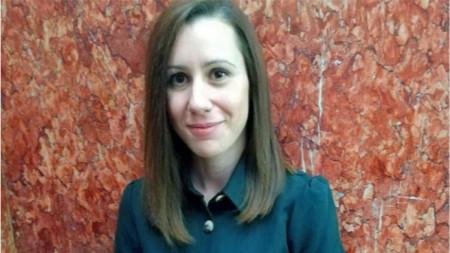 Радостина Николова с приза от (читателите на) Столичната библиотека
