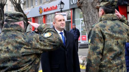 """Президентът Румен Радев бе посрещнат на площад """"Свобода"""" в Хасково от почетен караул."""
