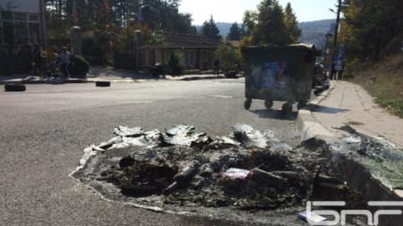 В нощта след изборите в Черноочене бяха нарязани и подпалени гуми на училищни автобуси и изпочупени стъкла на кметства в 4 села.