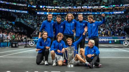Отборът на Европа с трофея.