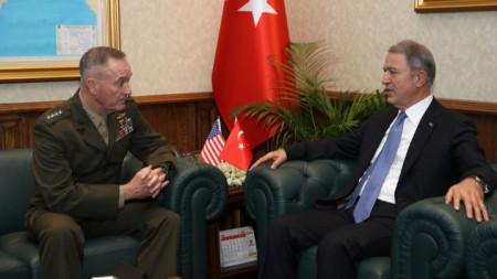 Турският министър на отбраната Хулуси Акар и ръководителя на Съвета на началник-щабовете на САЩ ген. Джоузеф Дънфорд на срещата им в Анкара късно вечерта във вторник.