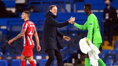 Тухел поздравява вратаря на Челси Менди, който отново не допусна гол.