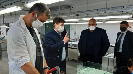 Премиерът Бойко Борисов при посещението му в завод във Враца, където шият предпазни маски и облекла