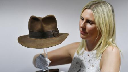 """Шапката на Индиана Джоунс от """"Похитителите на изчезналия кивот"""" при представянето ѝ в аукционната къща """"Проп стоър"""" в Лондон преди търга."""