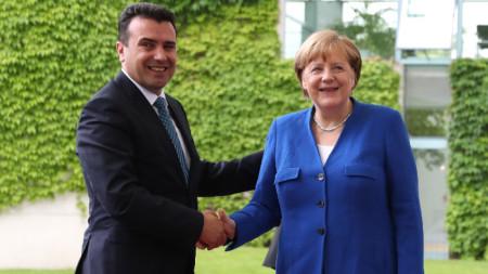 Зоран Заев разговаря с Ангела Меркел в Берлин